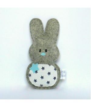 Jip konijn is een lief knuffeltje met een schuddoosje in zijn buikje waardoor hij vrolijk rammelt wanneer uw kindje ermee speelt !Gemaakt van 100% wolvilt en een buikje van katoen. In overlegverkrijgbaar in kleur- en stof samenstelling naar keuze. 8,95