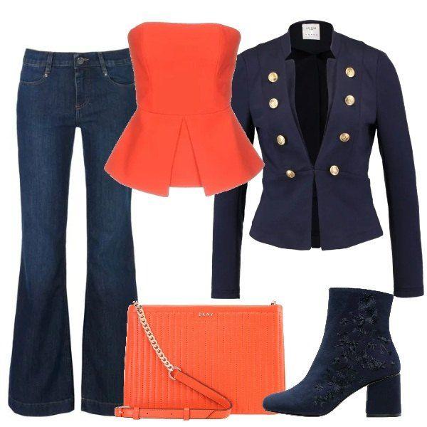 Jeans blu a zampa d'elefante sotto ad un top geometrico a fascia rosso, con crèpe e chiusura a zip dietro. Blazer blu scuro con chiusura con gancetti e bottoni decorativi dorati. Stivaletti in tessuto con fantasia floreale blu, tono su tono e tacco squadrato. Completa l'outfit: borsa a tracolla, in pelle traforata arancione.