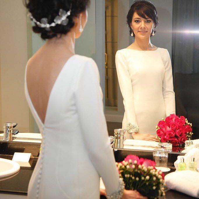 L E C U M B E R R I atelier.  Vestido en crep con mangas bordadas con perlas y Swarovski.  Gracias Sara por ser quien traducía las cartas en Francés a mi Tia. Gracias por tu generosidad y por confiar en nosotros en un día tan especial.  #lecumberriatelier #lecumberrinovias #weddingphotography #weddingday #weddingdress #bridal #love #fashion #wedding #weddingparty #bride #groom #bridesmaids #bodas #instalove