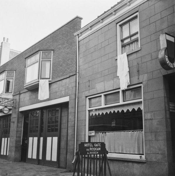De lakens hangen uit de ramen om aan de Duitse bezetter te tonen dat er een zieke is. Die huizen werden dan gespaard bij het afbranden van het dorp tijdens de razzia in oktober 1944 (1945) | Putten