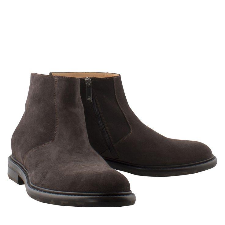 Camerlengo 13821OPECA539 donker bruin suede laars  Heren enkellaars van het merk Camerlengo model Camerlengo 13821. Deze exclusieve herenlaars is uitgevoerd in bruin suède. Deze luxe herenschoen is volledig leder gevoerd wat zorgt voor ultiem draagcomfort. Aan de binnenzijde bevindt zich een rits zodat de schoen altijd mooi om de voet sluit. Door de rits is deze bruine herenschoen ook gemakkelijk aan- en uit te trekken. De zool is gemaakt van leder. Deze prachtig afgewerkte herenlaarzen…