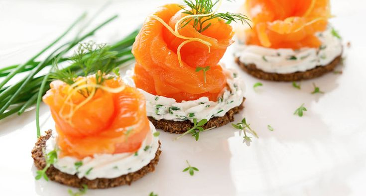 Zalm is een vette vis en zit boordevol omega-3 vetzuren dit zijn essentiële vetzuren die gunstig zijn voor het hart-en vaatstelsel.
