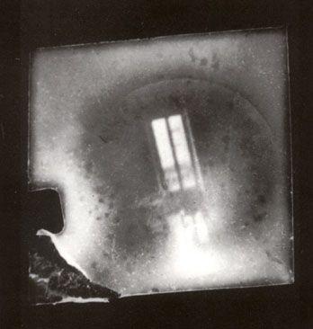 """Paolo Gioli - """"Piccola finestra di Talbot vista da me bambino"""", 1977 stampa fotografica in bianco e nero da negativo microstenopeico  realizzato con il bottoncino automatico, cm 18x13"""