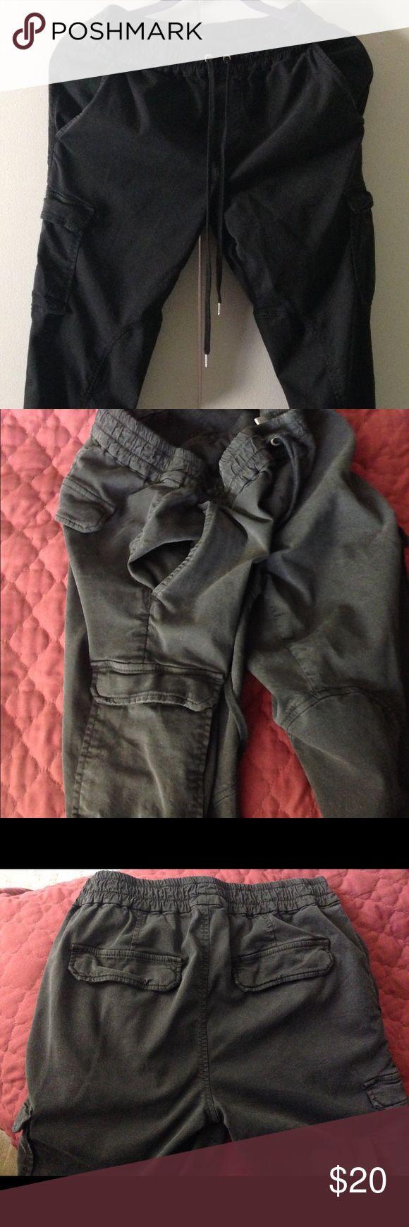 Joe's ladies size small cargo draw string 👖 pants Joe's ladies size small cargo draw string 👖 pants like new elastic waist 27/28 leg slims down lots of pockets fun to wear Joe's Jeans Pants