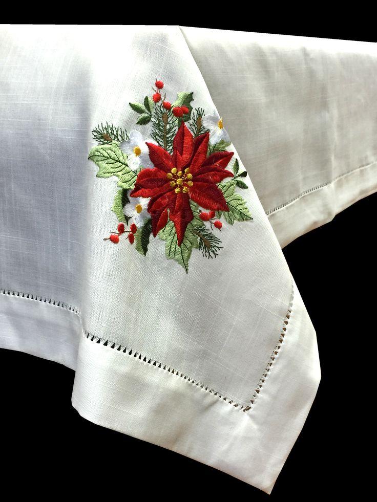 Mantel de Navidad bordado a mano, con un diseño de flores blancas y rojas con hojas verdes y vainica. De fácil planchado. Se puede usar legía de color. Servilletas incluidas con el mantel. Muchas medidas a elegir en nuestra tienda www.lagarterana.com
