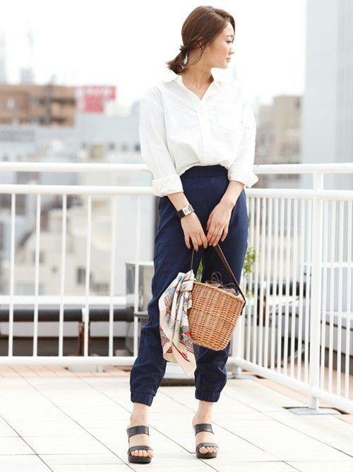 合わせるだけで季節感がプラスされるかごバッグは様になるアイテム。  スカーフをプラスすることでこなれ