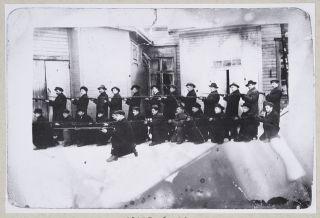 HK10000:2556 Kuopion punakaartin III komppanian plutoona harjoituksissa työväentalon pihalla