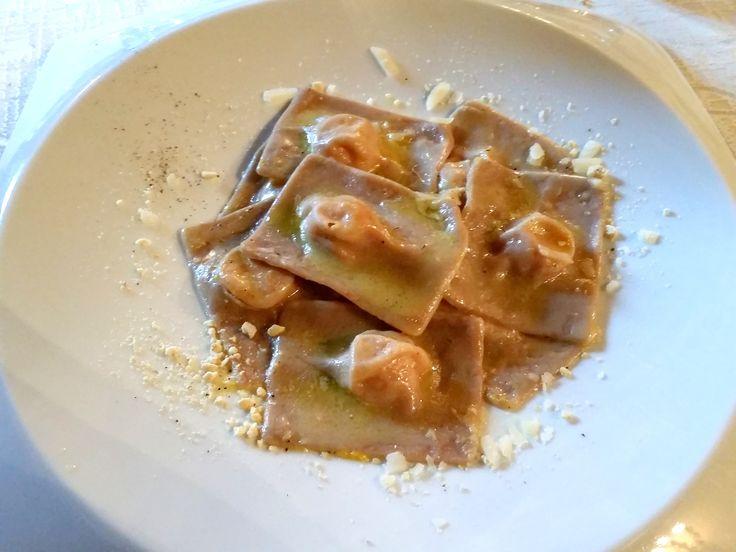 ravioli di pasta fresca alla farina di castagne ripieni di zucca e anacardi con scaglie di Parmigiano Reggiano 36 mesi