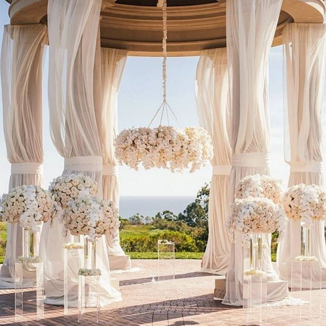 How luxurious is this venue!? I mean seriously #dreamwedding! Via…