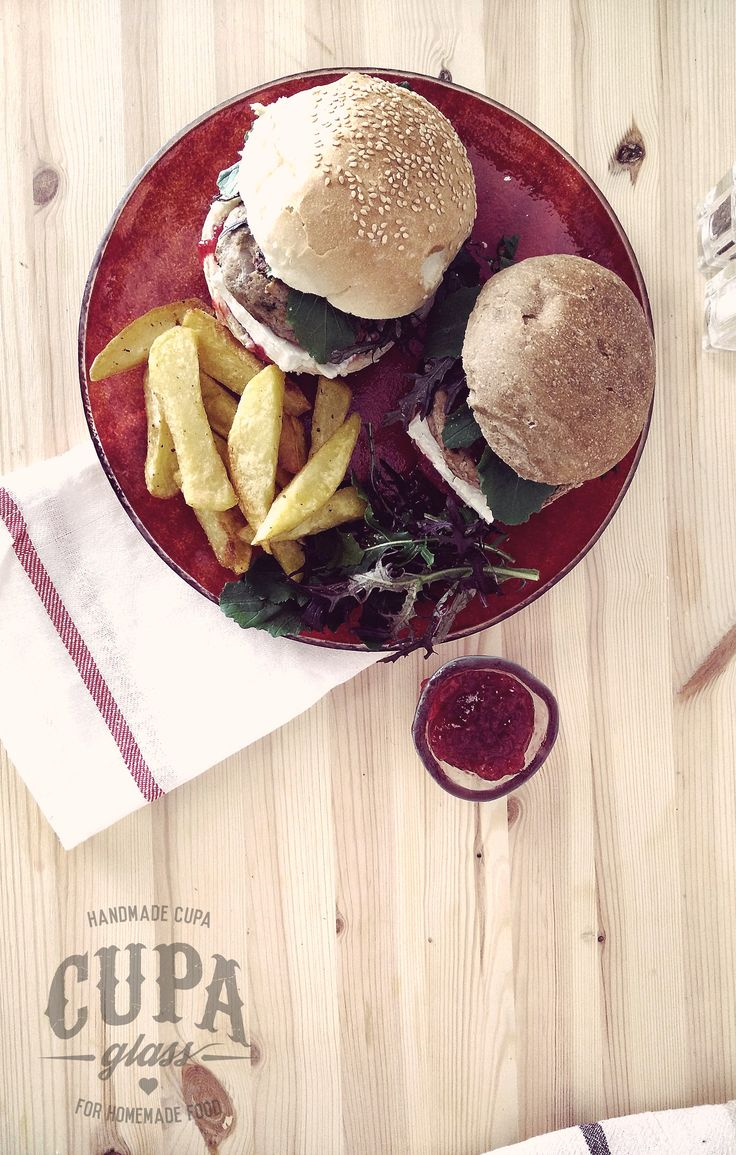 #Herbed #Turkey #Burgers with cheese and cranberry sauce. For the recipie go to http://www.cupa.glass/blog/post/burgers-with-cranberry-sauce-and-goat-cheese