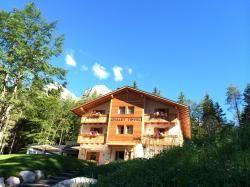 Un autentico Chalet di montagna specchiato sul Lago di Tovel..attorno solamente il silenzio solenne delle Dolomiti. Consigli e proposte per le tue vacanze di charme su www.charmehoteltrentino.it #Charmehoteltrentino #trentino #charme #fascino #favola #tales #chalet #dolomiti #lago #lake #mountainlake #tovel #lagoditovel #magia #chalettovel #mountainview
