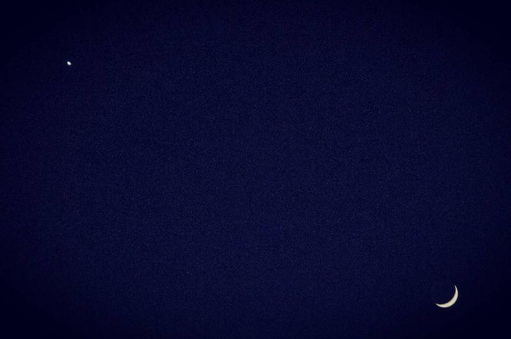 E niente tornavo dal più bel primo servizio fotografico dell'anno di sempre ovvero i primi gemelli del 2017 - Camilla e Diego <3 (magari domani foto) - e tornando a casa mi ritrovo Venere che saluta uno spicchio di Luna.  Felice 2017 a tutti spero possa essere di buon auspicio.  #2017 #rcfoto #luna #venere #milano #sky #moon #venus #cielo #amazing #love #italia #milan #italy #beautiful #astronomy #sistemasolare #astrophotography #astrophotography #astrofotografia