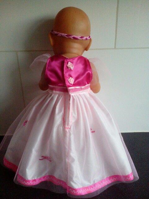 De achterkant van een prinsessenjurk voor babyborn of andere poppen van ca. 43cm
