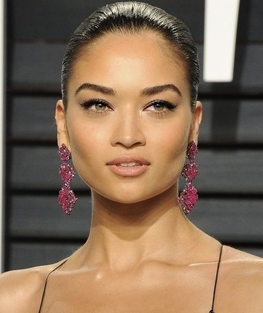 Team Tilbury shares the key steps she took to create Shanina Shaik's look at the Vanity Fair Oscars after party.    SKIN:    Team Tilbury applied Magic Cream to the skin for instant glow, and then applied Light Wonder in 6 and 8 to the skin for a flawless, natural complexion. Sculpted cheeks and glow with the easiest contour in the world: Filmstar Bronze & Glow. For added glow, Beach Stick in Moon Beach was applied to cheekbones. Mini Miracle eye wand refreshed the eye area, and Airbrush…