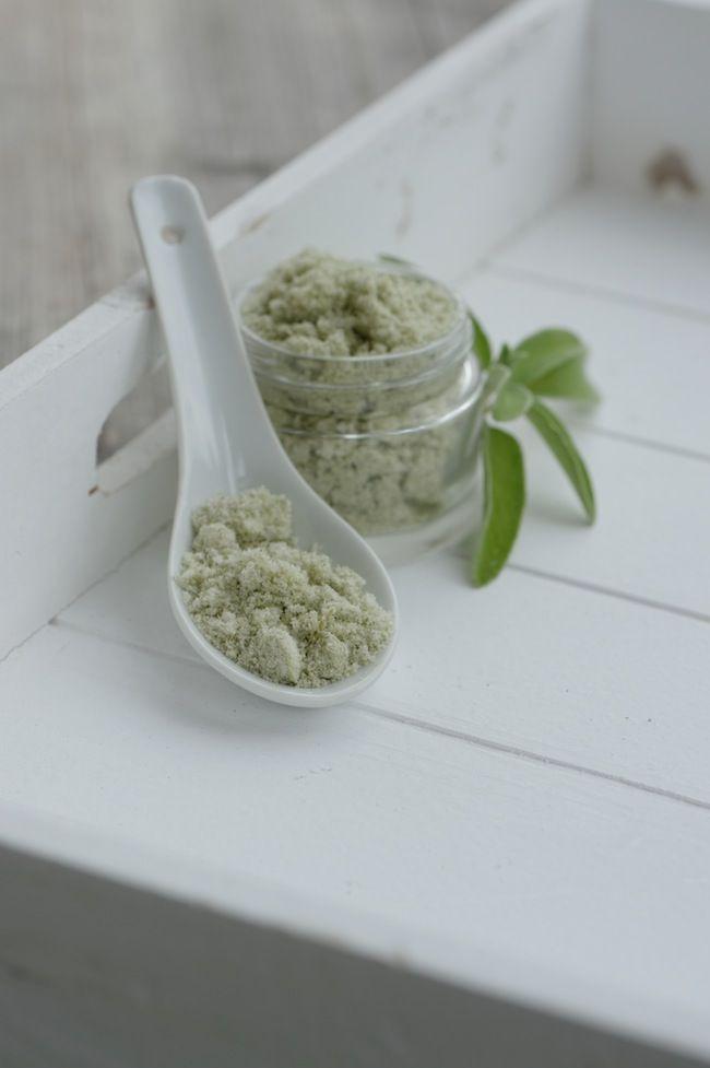 Natürliche und gesunde Zahnhygiene ohne Mikroplastik mit selbst gemachtem Zahnpulver statt gekaufter Zahnpasta. Das Pulver wirkt basisch, entzündungshemmend