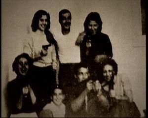 debout : Djamila Bouhired ,Yacef Saâdi ,Hassiba Ben Bouali. derrière : Samia Lakhdari ,petit Omar ,Ali la pointe ,Zohra Drif