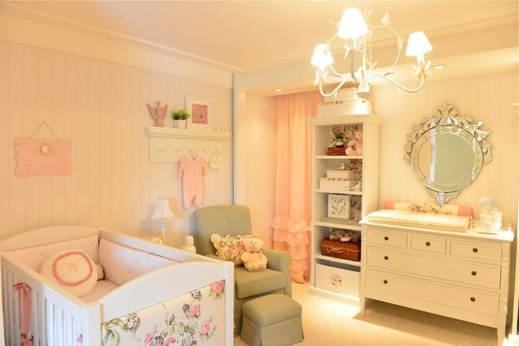 Assinado pela arquiteta Andrezza Alencar, esse quarto romântico foi pensado para ser bem delicado, com detalhes provençais. Em tons pastéis de rosa e azul, estampas florais e detalhes em xadrez trazem alegria e cor ao ambiente