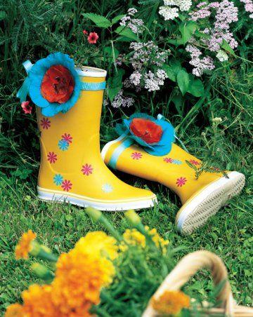 Des bottes en caoutchouc personnalisées avec de l'adhésif // rubber boots, personalize, flowers, rain, garden, walk, shoes
