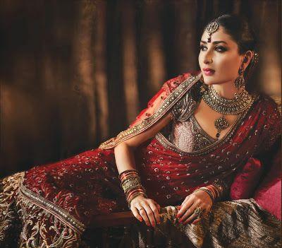#KareenaKapoor in #TarunTahiliani Red #BridalLehenga