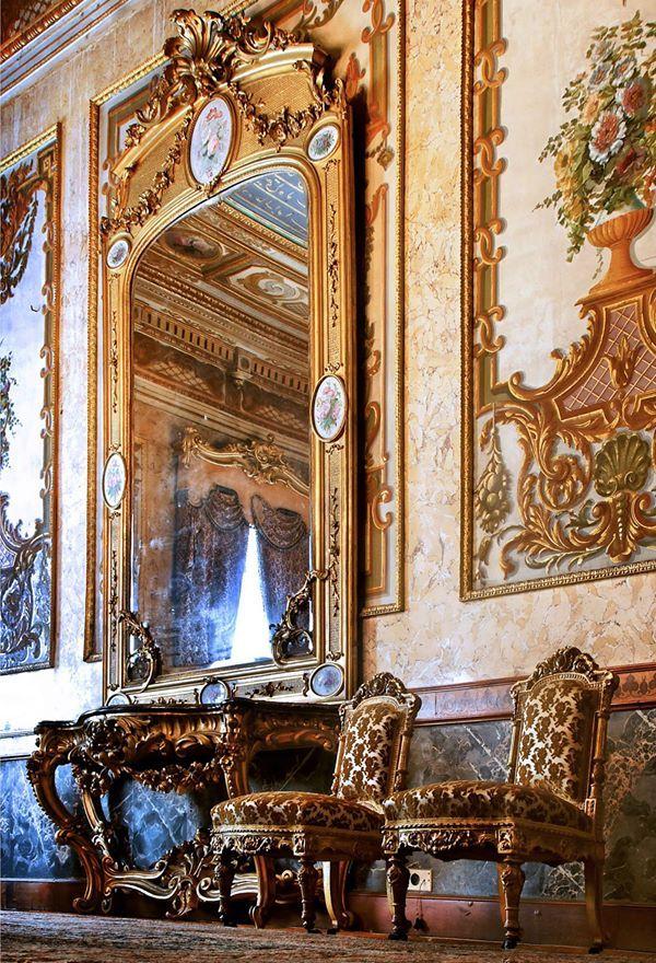 Le palais de Beylerbeyi (Beylerbeyi Sarayı, en turc) est un palais situé dans le quartier de Beylerbeyi, au nord du pont du Bosphore, sur la rive asiatique d'Istanbul en Turquie.