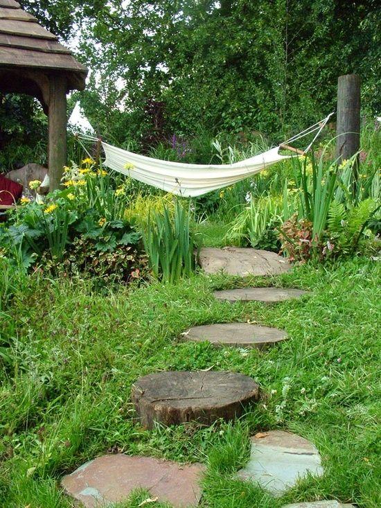Eine Hängematte im Garten dient für die notwendige Erholung im Garten und ist optimal fürs Lesen.