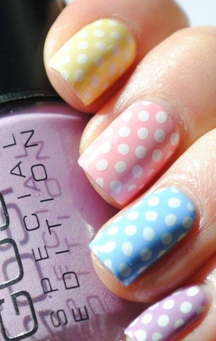 Uñas de colores con puntos blancos