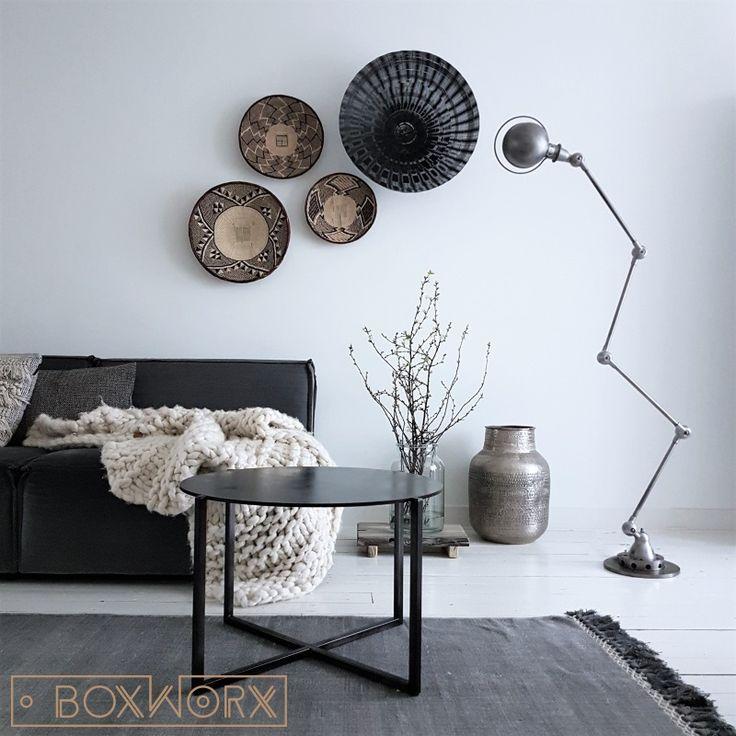 Salontafel BINQ is een stoere, maar elegante salontafel volledig handgemaakt van staal. De tafel wordt afgewerkt met een rustieke zwarte coating.
