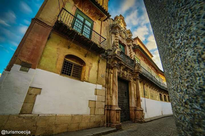 Descubriendo #Écija. Paseando por sus calles encontrarás edificios emblemáticos de nuestro rico patrimonio que embellecen a nuestra ciudad y que no te puedes perder. #tuhistoriaenverano