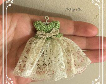1/12 bebé dulce chica vestido de ganchillo y suspensión miniatura - casa de muñecas - artesanales - shabby chic