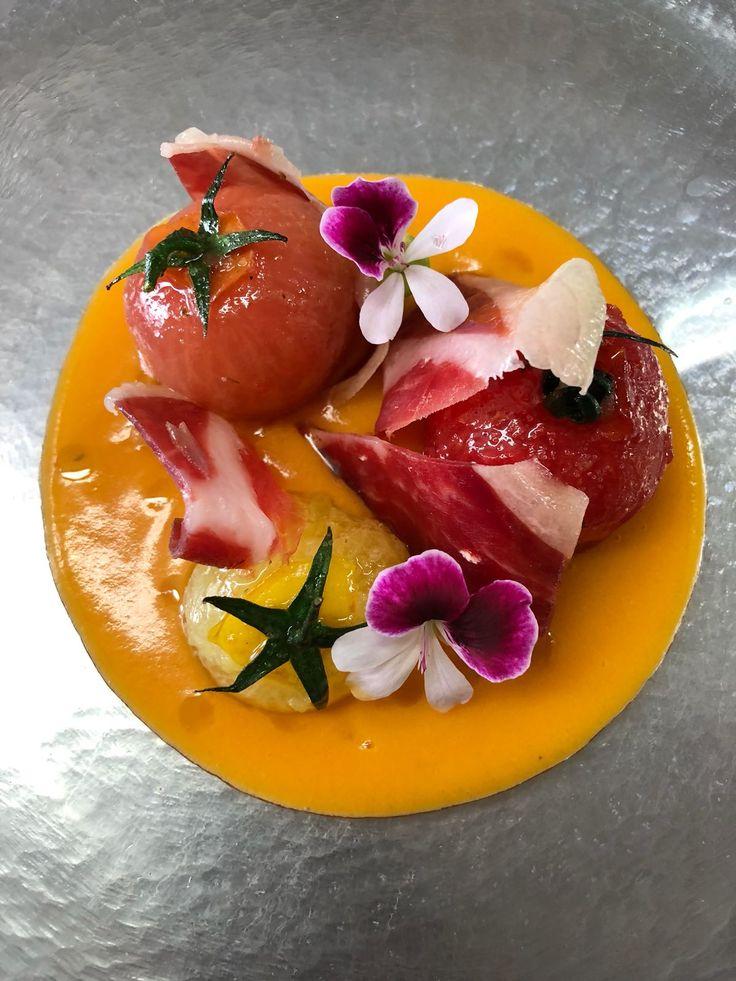Delicioso Pil pil de tomate con sus tomatitos acompañado de Jamón Joselito.