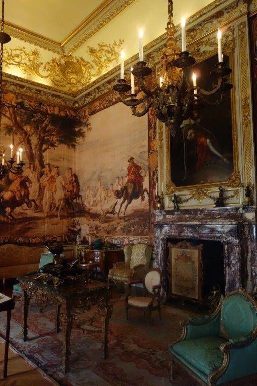 Aldığı eleştriler ve düşeş'in her zamanki negatif tutumu ile Mimar John bertaraf edilmiş ve Mimar Nicholas Hawksmoor binayı tamamlamış. Blenheim evi 1725 yılında halka açıldığında, Vanbrugh ve eşine sarayı görme izni bile verilmemiş... Daha fazla bilgi ve fotoğraf için ; http://www.geziyorum.net/blenheim-palace/