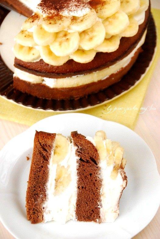 <p>Puszyste, delikatne czekoladowe ciasto przełożone i udekorowane warstwą bitej śmietany i bananów skropionych sokiem z cytryny. Lubicie takie połączenia? Jeśli tak zdążycie zrobić ciasto jeszcze dzisiaj np. do popołudniowej kawy. Miłego dnia!  Składniki: 150 g mąki pszennej 1 łyżeczka proszku do pieczenia 4 małe lub 3 duże jajka 200 …</p>
