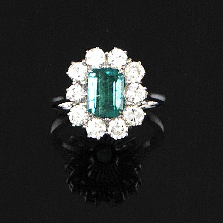 Anello in oro bianco con grande smeraldo al centro per cts 1.73 e corona brillanti per cts 1.55; misura 13; gr 5.8