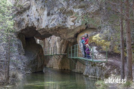 Excursión para toda la familia por el cañon de los arcos en Calomarde, en el corazón de la sierra de Albarracín, en Teruel.