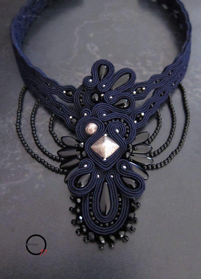Giove bacia Venere. Collier soutache blu notte con elementi argentati…