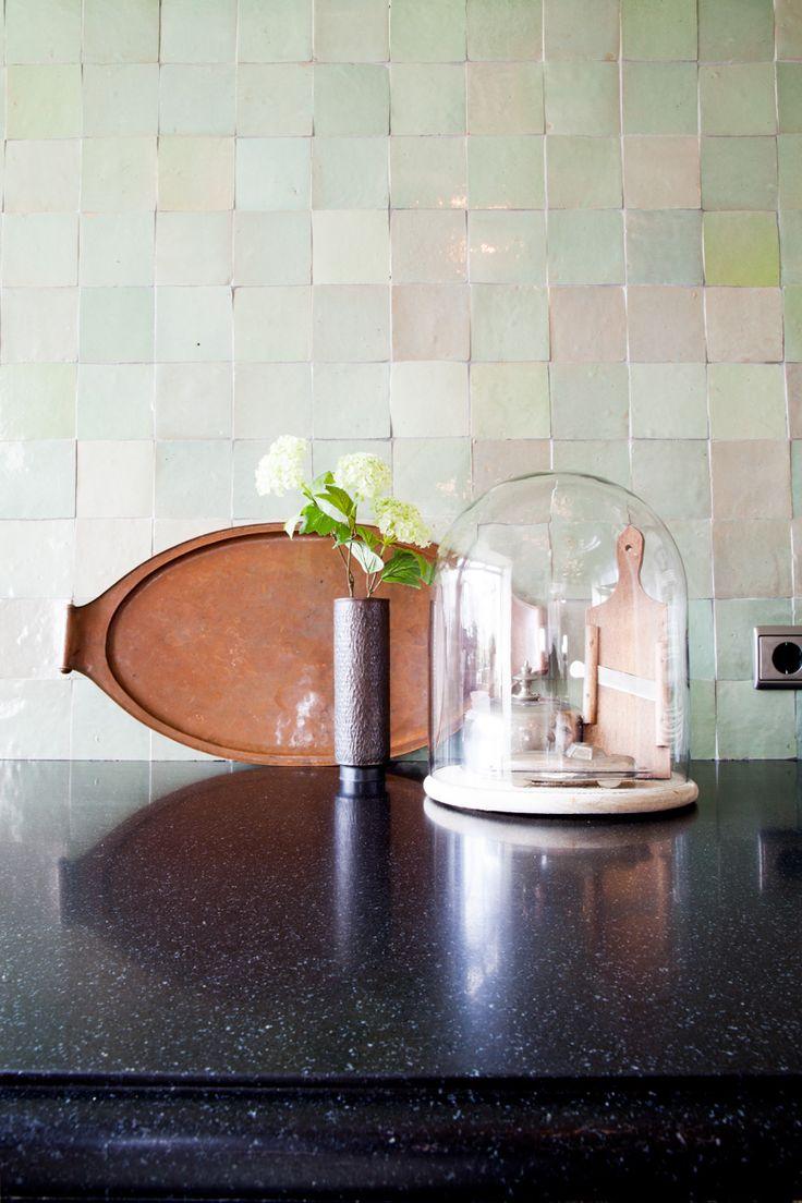 Graniet met oude tegeltjes, mooie combinatie! | Keukens op maat van Woodcreations.nl