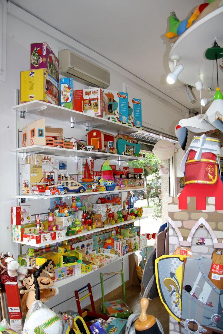Vieni a scoprire il nostro vasto assortimento di pregiatissimi giocattoli in legno! :)