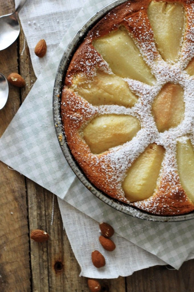 Pæretærte med bagt marcipan creme - Lækker tærte som kan serveres med is, creme fraiche eller flødeskum. Tryk her for at se louiogbearnaisens opskrift på nem pæretærte.