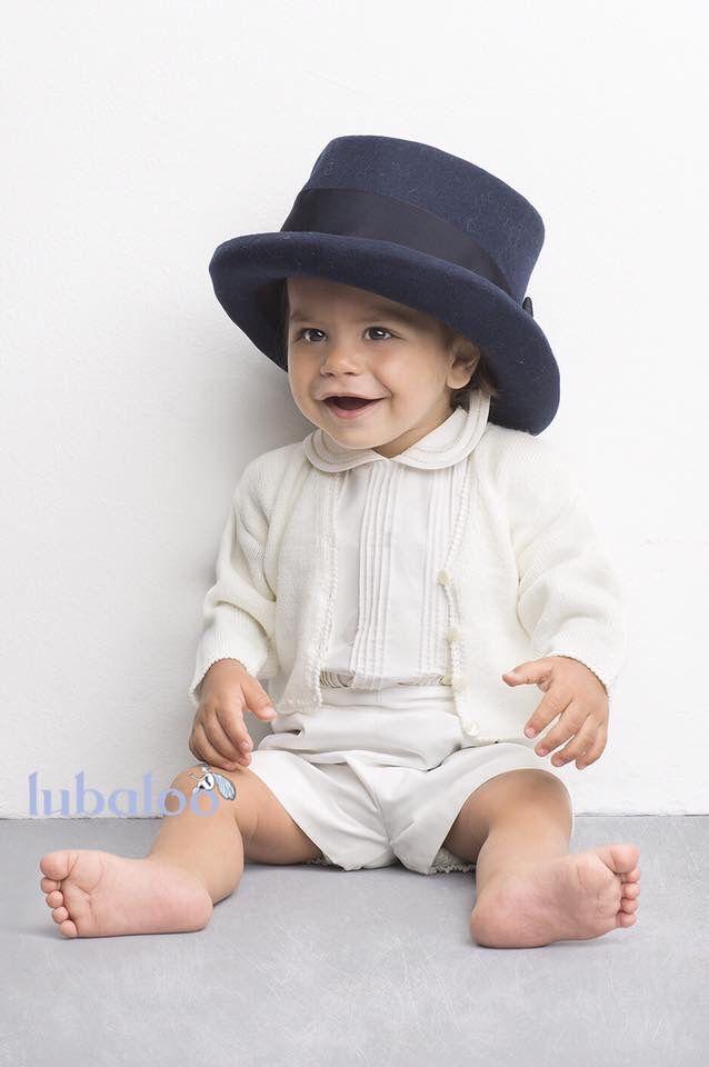 Traje de niño con jaretas bordadas a mano. Diseño y confección by Lubaloo.