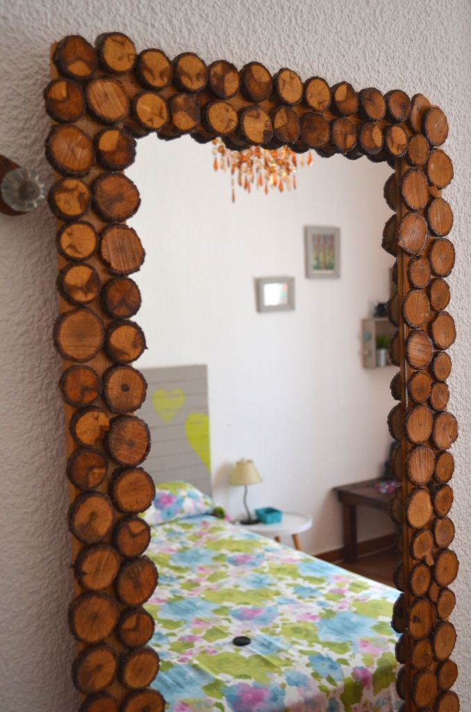 Decora ese espejo soso con rodajas de ramas, barnizalas, pegalas y así de cuqui queda!!