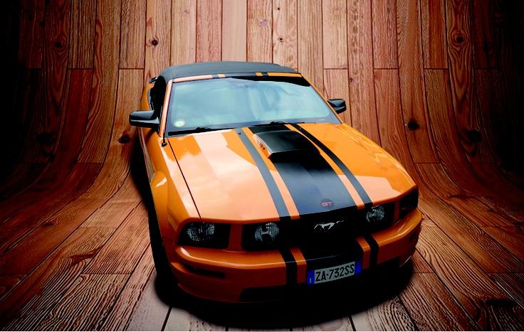 Decorazione Ford Mustang Shelby tramite doppia riga stile viper realizzata tramite adesivo prespaziato colore nero opaco.  www.guidoborgonovo.it