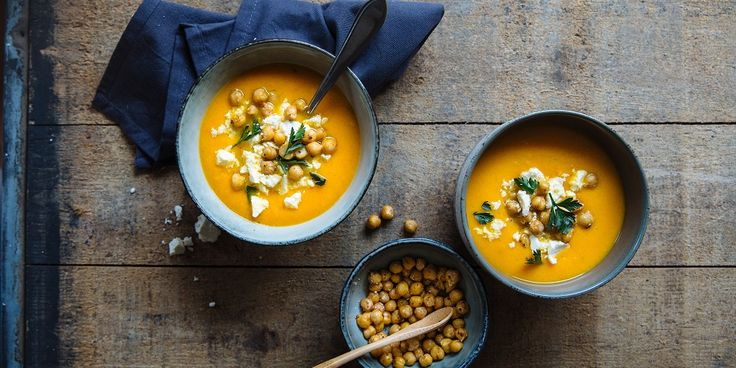 Deze kruidige, dieporanje soep, uit het boek All-day bowls,is ideaal voor luie dagen omdat de oven bijna al het werk doet. Het roosteren vande groente zorgt bovendien voor een extra rijke smaak. Lekker en simpel recept Je kunt deze soep natuurlijk zo eten, maarde krokante kikkererwten en feta maken hem nog specialer. Tip: rooster meteen…