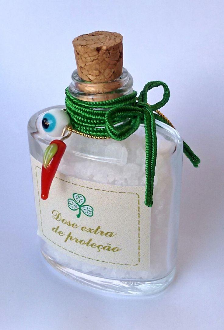 Mini Garrafinha de vidro contendo sal grosso, pimenta e olho grego, para oferecer proteção neste novo ano que se aproxima. Dê essa dose de proteção a uma pessoa especial, ou a utilize também. <br> <br>Acompanha saco de organza e tag.