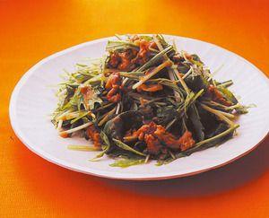 さっぱりとした水菜と、こくのあるごまみそ味の豚肉が相性抜群。 水菜は火を止めてから加え、ほどよく食感を残します。