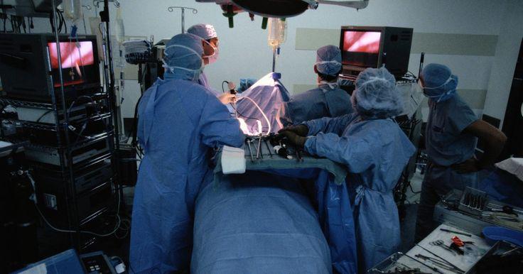 Cómo levantar después de cirugía vesicular y hernia. La reparación de la hernia y la extirpación de la vesícula biliar son procedimientos que requieren cirugía, y los médicos por lo común restringen levantar pesos después de estos procesos. Recuperarse de cada lesión comúnmente tarda entre una y seis semanas, de acuerdo con el Colegio Estadounidense de Cirujanos (ACS por sus siglas en inglés). Sigue ...
