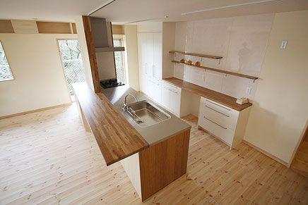木のキッチンと白いキッチンのコラボ