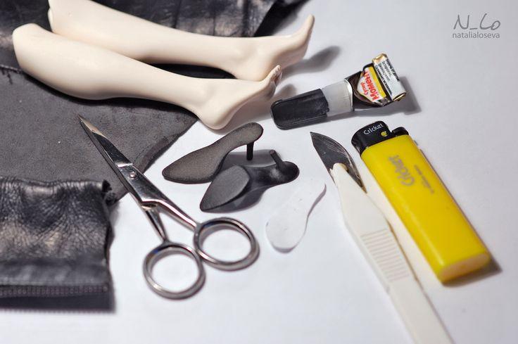 У нас есть готовая подошва, заранее покрашенная акриловой краской, кожа, бумажная выкройка стельки, клей, зажигалка, пара инструментов и ноги в ассортименте. Из…