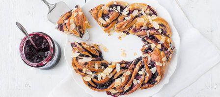 Lekker voor het paasontbijt; lekkere luchtige kaneelbroodjes met rozijnen en pecannoten