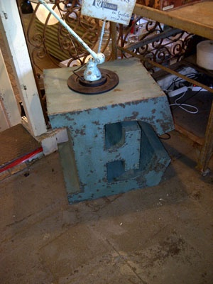 Metal bijzettafel letter E