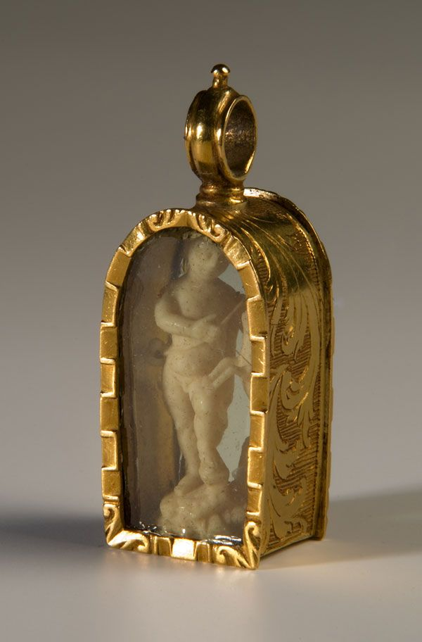 Colgante Español de 22K oro amarillo, una talla en marfil  encerrada en cristal a cada lado, de 1680.  Spanish Pendant of Intricately Modeled 22K Yellow Gold, a Hand Carved Ivory Figure enclosed on Glass on Either Side, 1680's.
